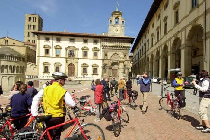 Turisti in bici in Piazza Grande - Arezzo