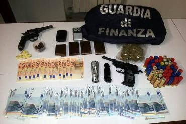 Scoperta abitazione cassaforte, sequestrate banconote false, armi, munizioni e sostanze stupefacenti