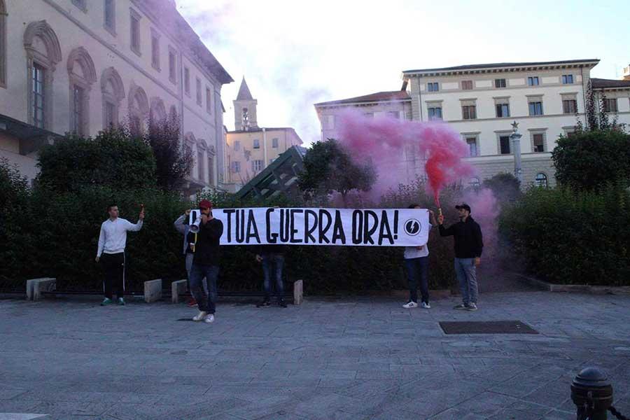 Il Blocco studentesco porta uno striscione sul monumento a Corridoni