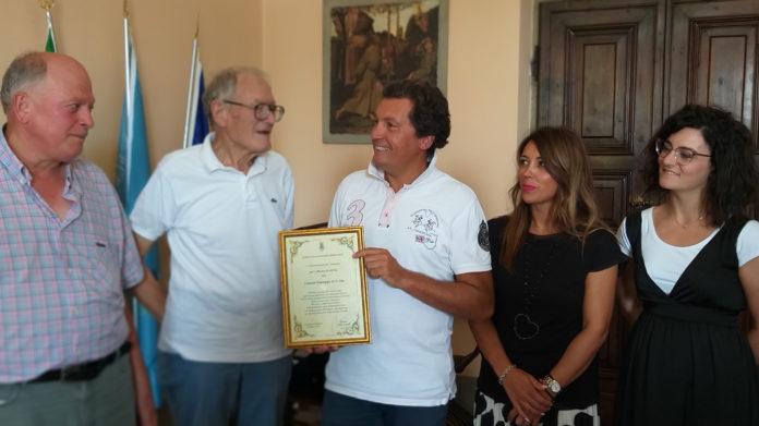 """Una pergamena a ricordo dei """"primi"""" 100 anni di attività è stata consegnata dal sindaco Agnelli alla famiglia Limoni."""