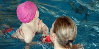 Neonati in vasca alla piscina di Foiano per il Baby Acquatic's Day
