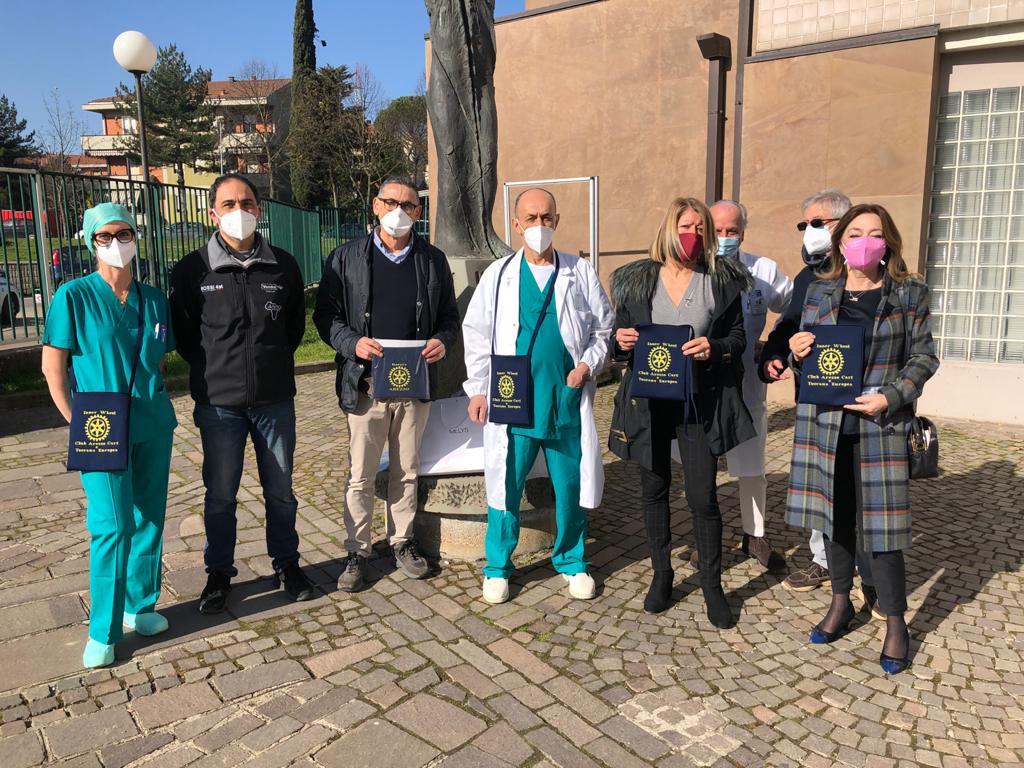 Rotary Club Arezzo: stamattina la consegna di borsette porta drenaggi post-operatori per la Senologia di Arezzo
